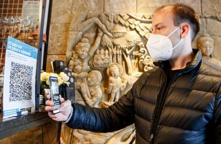 Hombre que usa la aplicación de prueba y rastreo NHS.