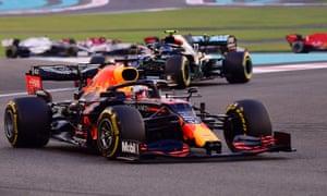 Verstappen en acción al inicio de la carrera