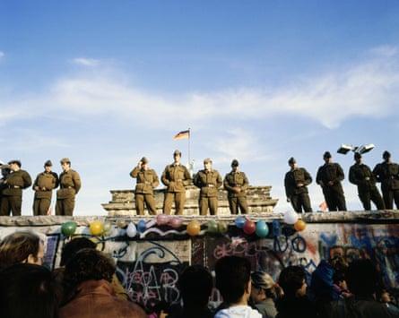 Los alemanes orientales se manifiestan frente al muro de Berlín en 1989