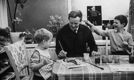 David Cornwell, alias John le Carré, en casa con sus hijos Stephen, a la izquierda, y Simon, 1964.