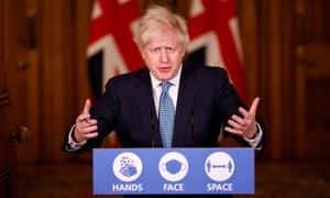 Boris Johnson habla en una conferencia de prensa virtual en el número 10 de Downing Street el lunes
