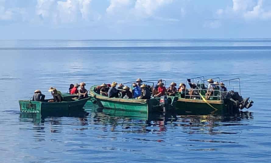 La tripulación del pesquero chino arrestada por las autoridades de Palau bajo sospecha de recolectar ilegalmente pepino de mar.