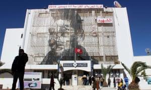 Foto de Mohamed Bouazizi en el edificio de correos de Sidi Bouzid, Túnez.