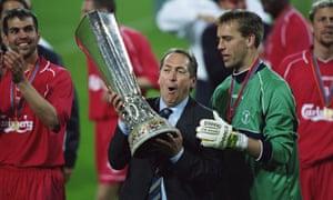 Gérard Houllier ostenta el trofeo de la Copa de la UEFA tras su victoria sobre el Alavés en una espectacular final en 2001.
