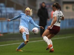 Chloe Kelly y Katie McCabe pelean por el balón