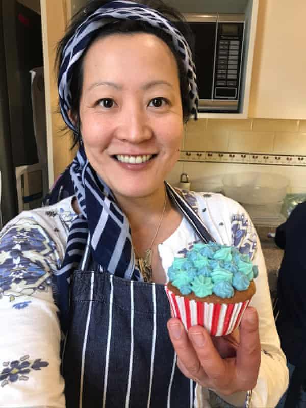 Katrina Lau Hammond posa en su cocina con un cupcake azul mate.