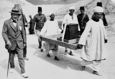 El arqueólogo Howard Carter, a la izquierda, y los poseedores del santuario dorado de la tumba de Tutankamón en el Valle de los Reyes, Egipto, 1922-1923.