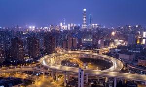 Tráfico en el puente Nanpu en Shanghai.
