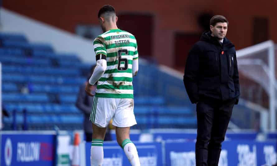 Nir Bitton del Celtic pasa por delante del entrenador de los Rangers, Steven Gerrard (derecha) después de ser expulsado.