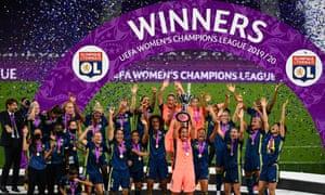 El Lyon está celebrando su victoria en la Liga de Campeones femenina la temporada pasada, su quinto título consecutivo y su séptimo récord general.
