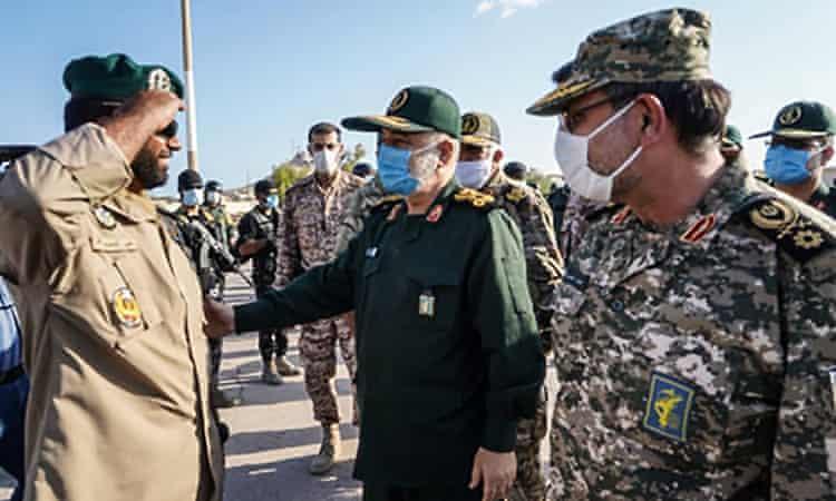 Hossein Salami (centro), con el contralmirante Alireza Tangsiri, inspecciona a las tropas durante su visita a la isla de Abu Musa.