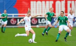 Leah Williamson de Inglaterra pasa el balón bajo la presión de Simone Magill de Irlanda del Norte.