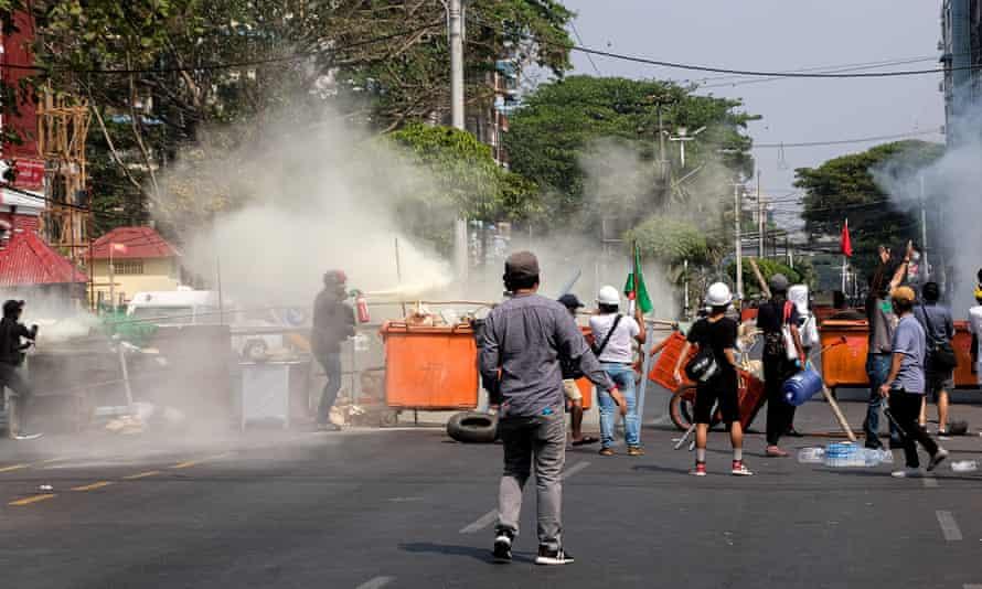 Los residentes de Yangon levantaron una barricada durante una manifestación contra el golpe militar del sábado.