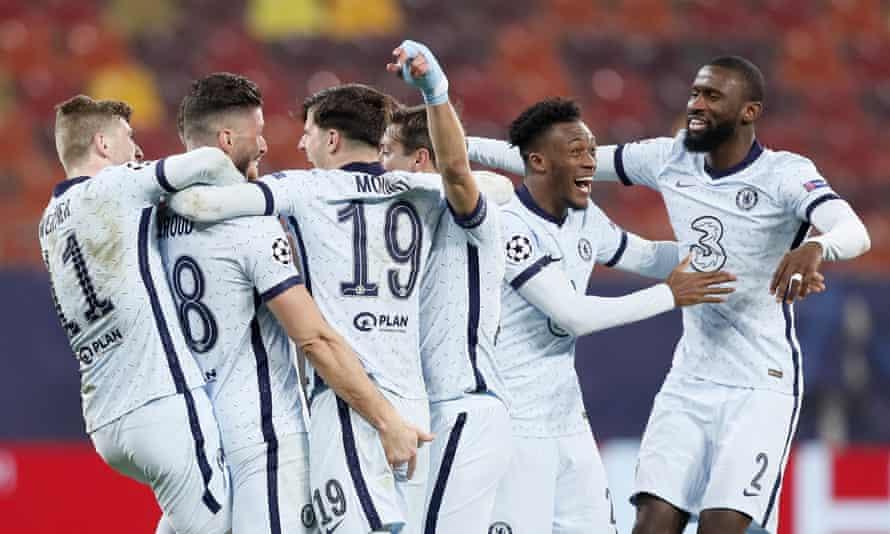 Los jugadores del Chelsea celebran con Olivier Giroud tras su acrobático ganador.