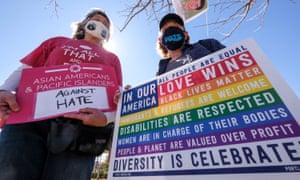 Los manifestantes participan en un mitin para crear conciencia sobre la violencia anti-asiática cerca de Chinatown en Los Ángeles, California