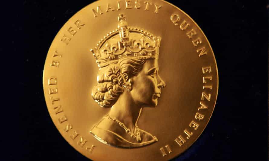 Medalla de oro de la reina de poesía.