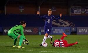 Sophie Ingle del Chelsea concede un penalti por una falta sobre Rasheedat Ajibade del Atlético de Madrid.