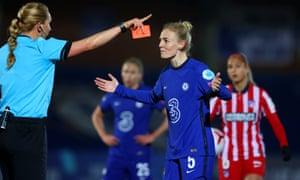 Sophie Ingle de Chelsea reacciona después de recibir una tarjeta roja del árbitro Tess Olofsson.