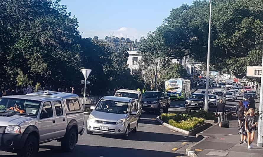 El tráfico aumenta lentamente hasta las alturas en Whangarei, Nueva Zelanda, cuando se emite una alerta de tsunami el viernes 5 de marzo de 2021. Un poderoso terremoto de magnitud 8.1 sacudió el océano frente a la costa de Nueva Zelanda-Zelanda, lo que provocó la evacuación de miles de personas y provocó una tsunami. advertencias en todo el Pacífico Sur. (Mike Dinsdale / New Zealand Herald vía AP)
