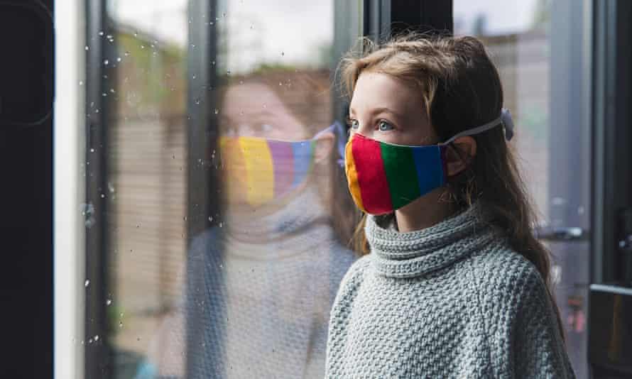 Niña, en, arco iris, máscara, por, ventana