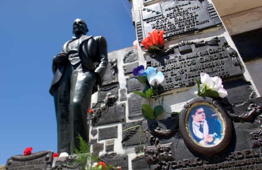 La tumba del cantante franco-argentino Carlos Gardel, en el cementerio de Chacarita