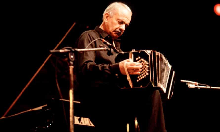 El difunto Astor Piazzolla, con su bandoneón