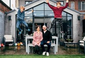 Ilona Bannister y su marido se sientan, mientras los hijos saltan