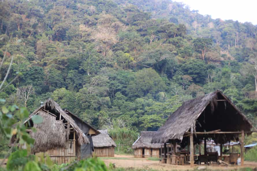 Pueblo muy rural en el bosque de montaña