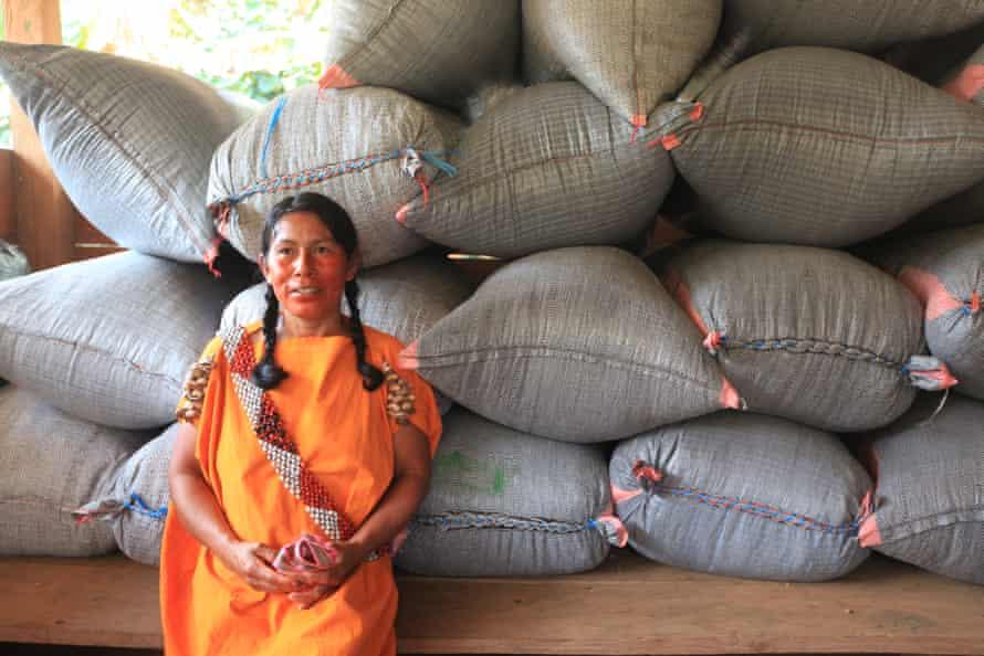 Dahlia Casancho frente a enormes bolsas de café.