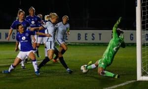 Pernille Harder del Chelsea convierte el balón en la red, pero el gol es anulado después de la revisión del VAR.