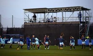 Los jugadores del Chelsea calientan en el Everton