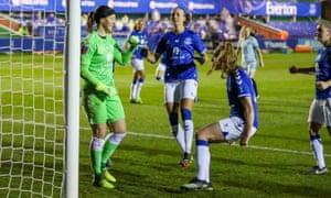 La portera del Everton, Tinja-Riikka Korpela, es felicitada por sus compañeras tras salvar un penalti.