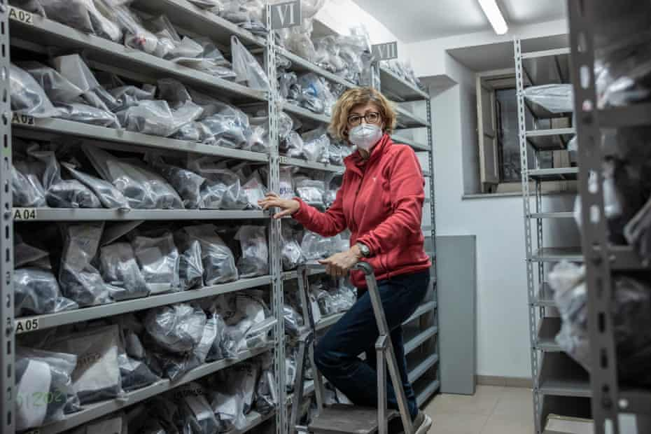 Rosanna Corsaro en la petroteca, sala que contiene muestras antiguas de rocas volcánicas del Etna en el Instituto de Vulcanología.