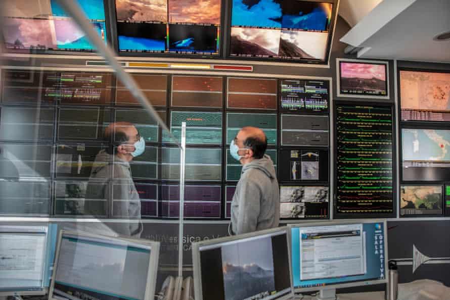 Roberto Maugeri, tecnólogo de quirófano encargado de monitorear las actividades del volcán.