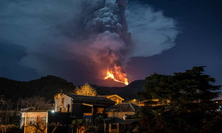 La erupción del Etna vista desde el pueblo de Monterosso.