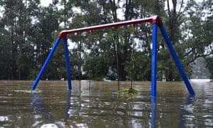 Un área de juegos para niños semisumergida a orillas del río Nepean inundado en Trench Reserve en Penrith.