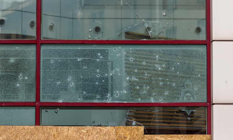 Ventanas rotas en la comisaría de Bridewell
