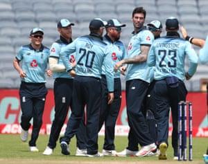 El jugador de bolos de Inglaterra Reece Topley (segundo desde la derecha) es felicitado por sus compañeros de equipo después de tomar el portillo del bateador indio Shikhar Dhawan.