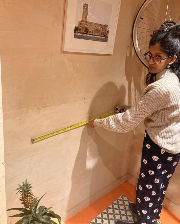Priscilla Fernandes mide su espacio de trabajo, construido durante el encierro.