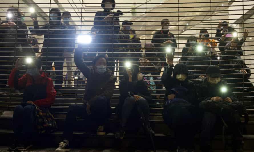 Manifestantes a favor de la democracia sostienen luces de teléfonos celulares en el juzgado de Hong Kong
