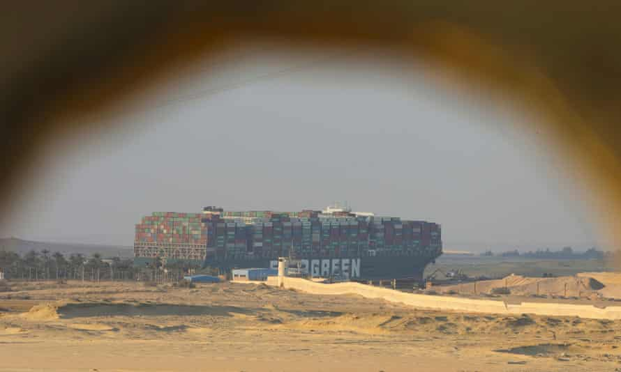 El buque portacontenedores varado Ever Given, uno de los portacontenedores más grandes del mundo, después de encallar en el Canal de Suez