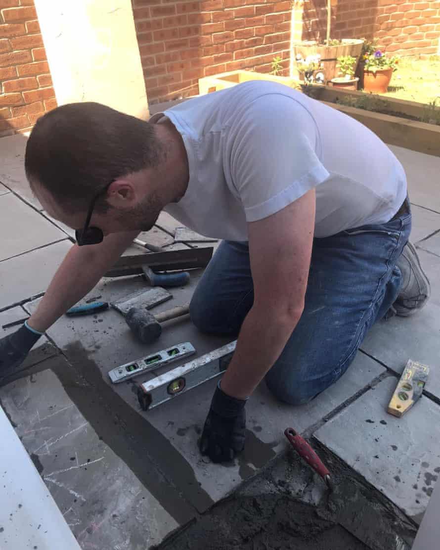 Chris Clark construye su patio.