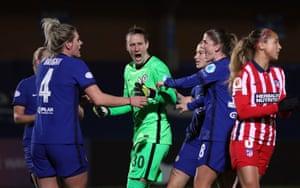 La guardameta del Chelsea Ann-Katrin Berger celebra con sus compañeras tras salvar el penalti de Deyna Castellanos al Atlético.