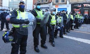 Los oficiales montan guardia durante la protesta de 'matar el proyecto de ley' en Bristol.