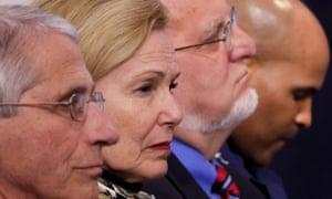 Miembros del Grupo de trabajo sobre el coronavirus de la Casa Blanca, incluido el Dr. Anthony Fauci de los Institutos Nacionales de Salud, la Dra. Deborah Birx, coordinadora del coronavirus de la Casa Blanca, la directora de los Centros para el Control de Enfermedades (CDC) Robert Redfield y el Cirujano General de EE. UU. Jerome Adams escuchan al presidente Donald Trump durante la sesión informativa diaria sobre la enfermedad del coronavirus (COVID-19) en la Casa Blanca en Washington, Estados Unidos, el 22 de abril de 2020.