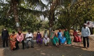 Los aldeanos esperan recibir una dosis de la vacuna Covidshield fabricada por el Serum Institute of India, en un centro de atención primaria de salud en la aldea de Limb, distrito de Satara, estado occidental de Maharashtra, India, el 24 de marzo de 2021.