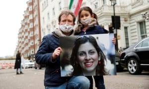 Richard Ratcliffe y su hija Gabriella se manifiestan frente a la embajada iraní en Londres