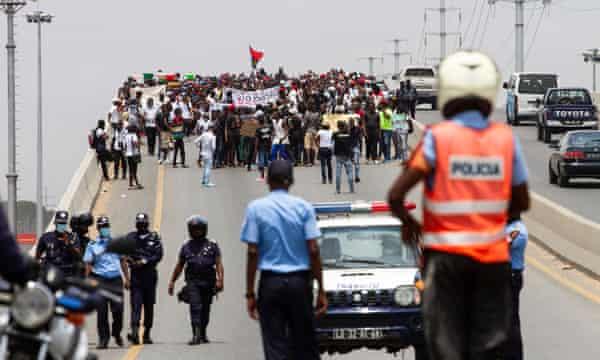La policía de Luanda está observando una protesta contra el aumento del costo de vida y la corrupción en Angola, uno de los estados productores de petróleo que, según el informe, es vulnerable.
