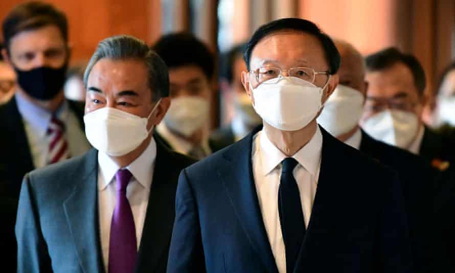 De izquierda a derecha, el ministro de Relaciones Exteriores de China, Wang Yi, y Yang Jiechi, director de la oficina de la Comisión Central de Relaciones Exteriores de China.