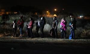 Cola de migrantes en la oscuridad